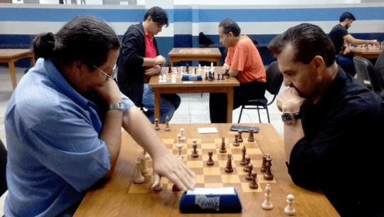 COVID-19 Carlos Juárez ofrece clases de ajedrez en línea para niños y adultos