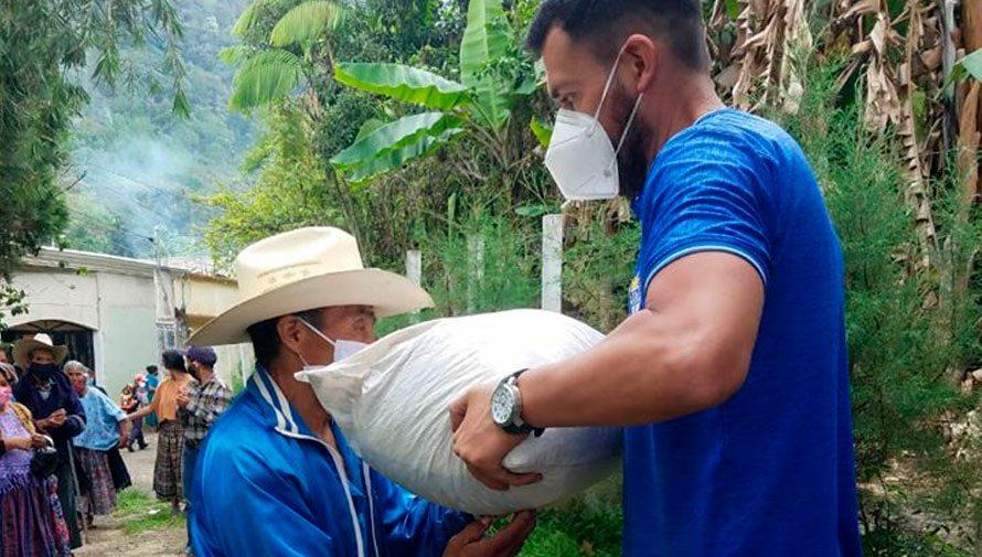 COVID-19: Cobán Imperial continúa apoyando con víveres a familias necesitadas en Alta Verapaz