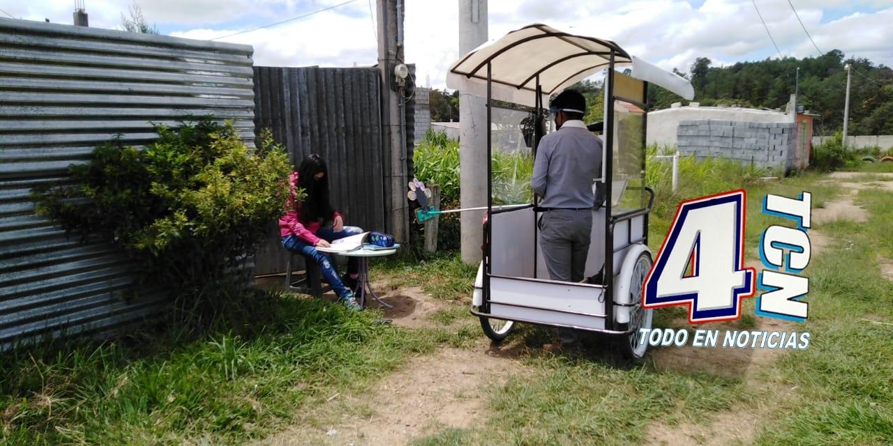 Gerardo Ixcoy adaptó un triciclo para impartir clases a sus alumnos durante el COVID-19