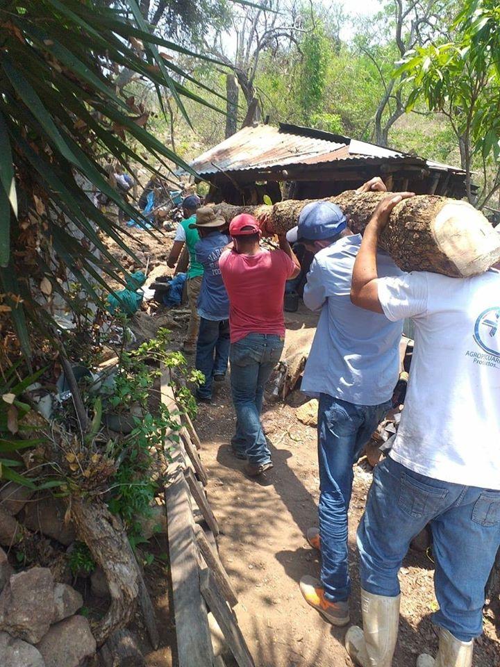 Guatemaltecos se unieron y construyeron vivienda de familia