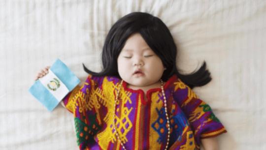 Joey, bebé disfrazada mientras duerme, portó el traje regional de San Juan Sacatepéquez