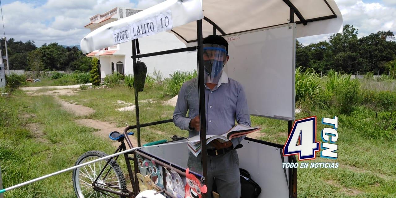 Maestro visita a sus alumnos en un triciclo Quiché