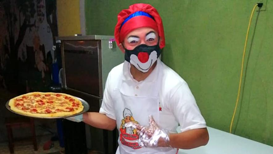 Payaso guatemalteco vende pizzas artesanales para ayudar a su familia debido al COVID-19