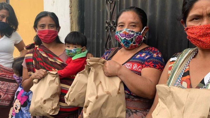 Princesas del Reino brindan donaciones de pan y víveres a mujeres de escasos recursos