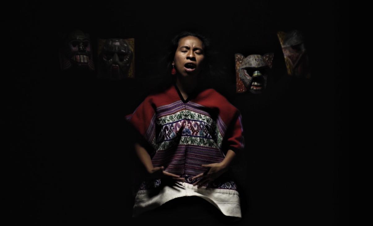Sara Curruchich estrenó Tukur, el video fue producido por Jayro Bustamante