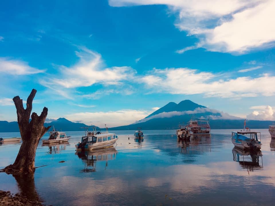 Sorprende el agua cristalina del Lago de Atitlán Guatemala