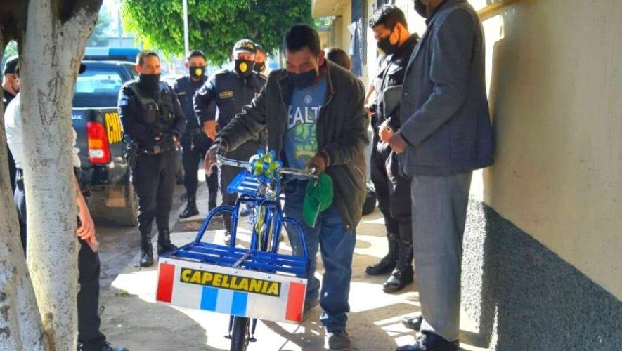 Trinidad Ajuchan, repartidor de pan, recibió una bicicleta nueva gracias a la PNC