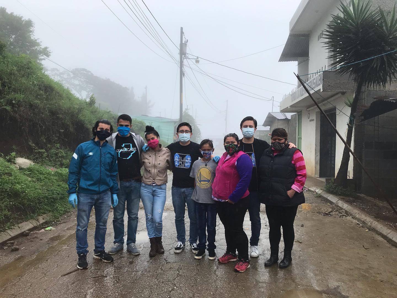 dona bolsas de víveres a familias de escasos recursos durante el COVID-19