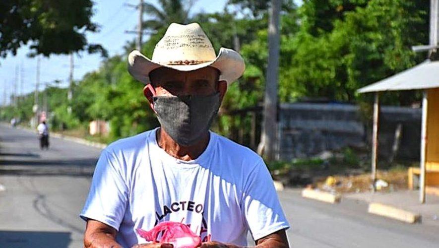 Gregorio Ramos Trinidad de 71 años de edad vende comida en Escuintla debido al COVID-19