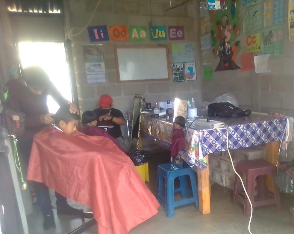 Barberos cortaron cabello gratis a guatemaltecos de escasos recursos en Sololá