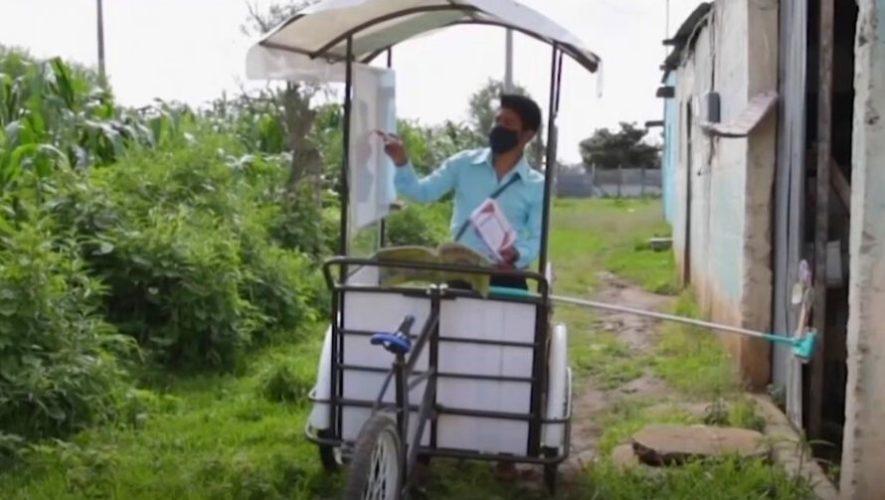 Bloomberg compartió la historia de Gerardo Ixcoy, quien da clases a domicilio en triciclo