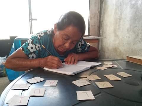 Dolores Morales, de 71 años, recibe clases para aprender a leer y escribir en Amatitlán 2020