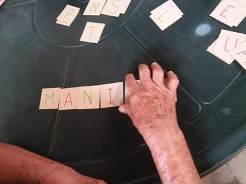 Dolores Morales, de 71 años, recibe clases para aprender a leer y escribir