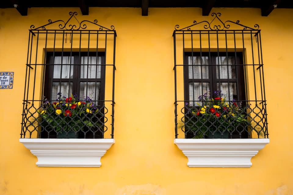 Iniciativa busca llenar de flores los balcones de las casas de Antigua Guatemala