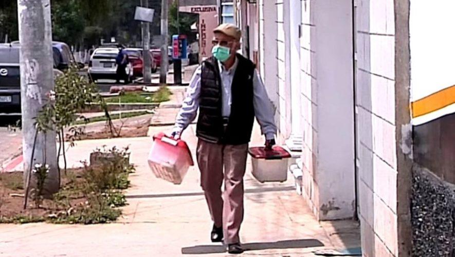 Marco Villagran, abuelito de 76 años, vende sus productos en Quetzaltenango