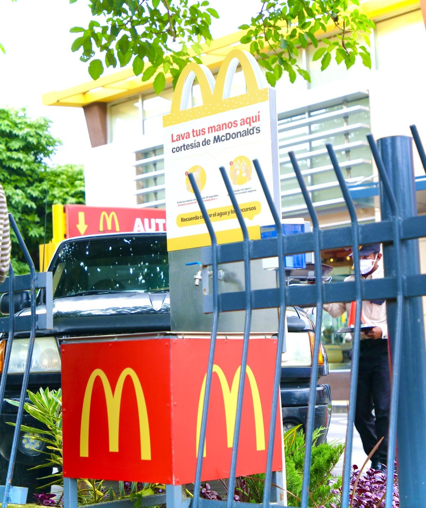 McDonald's y Banco Industrial instalan lavamanos en las calles para prevenir el COVID-19 2020