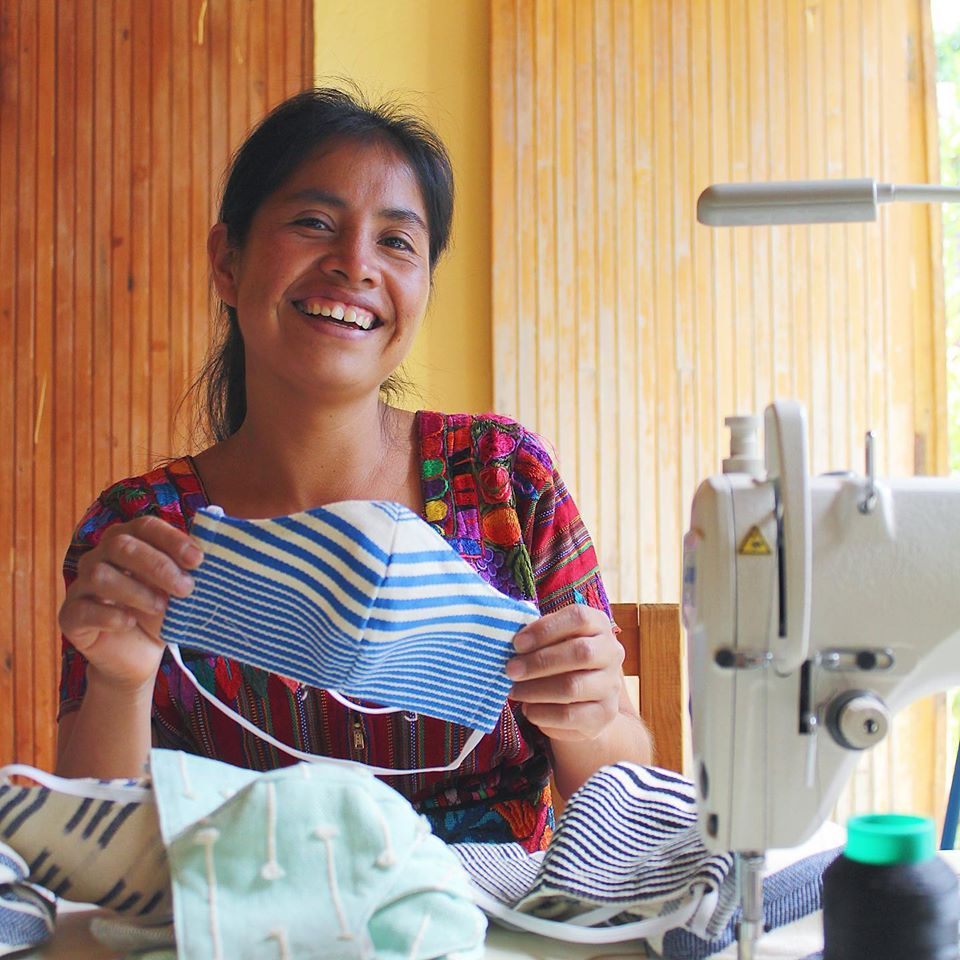 Tejedoras guatemaltecas reciben apoyo de Levi's para elaborar mascarillas