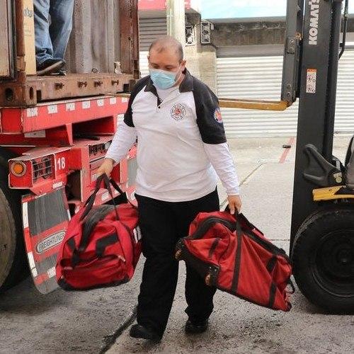 australiano-dono-equipo-para-combate-incendios-bomberos-voluntarios-guatemala-acercamiento-arneses-cilindros-aire-comprimido