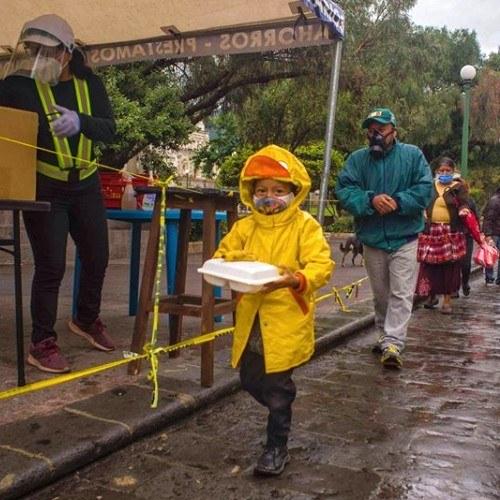 guatemaltecos-venden-playeras-apoyar-olla-comunitaria-quetzaltenango-restaurante-tan-lechuga-yo