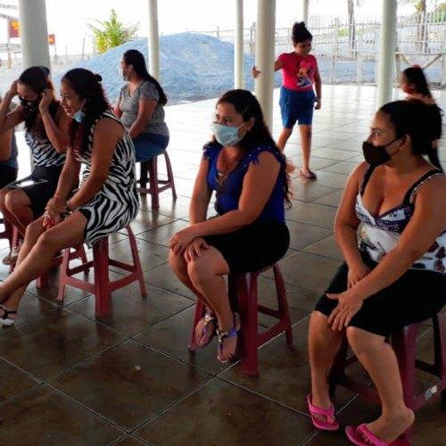 maestras-ensenan-mujeres-leer-escribir-sipacate-escuintla-reforzar-aprender-conocimientos