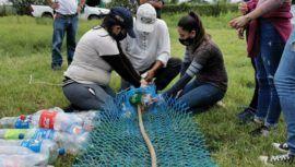 Jóvenes de Villa Nueva participan en elaboración de biobarda para cuidar el Lago de Amatitlán