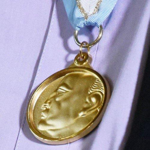 jose-luis-perdomo-ganador-premio-nacional-literatura-miguel-angel-asturias-2020-medalla