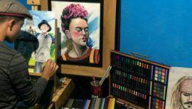 Artista Ángel Moscoso realiza y vende dibujos para ayudar a familias guatemaltecas