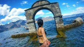 arco ubicado en medio del Lago de Atitlán
