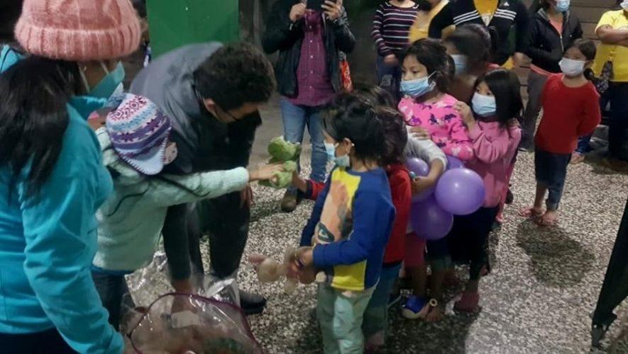 Hermanos guatemaltecos Luther Juárez donaron sus peluches a familias de albergue en Cobán