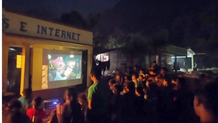 Maestro Josué Suram de Alta Verapaz organizó noche de películas para niños en albergue