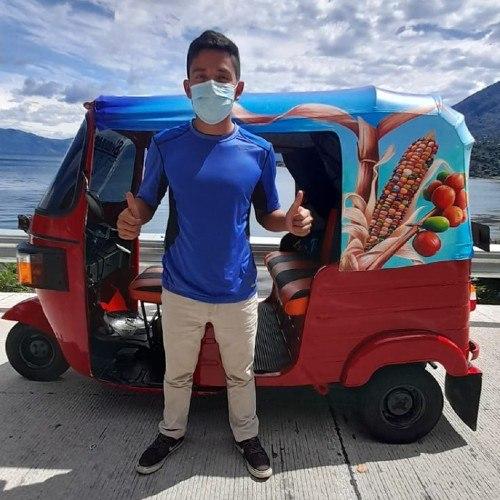 artistas-guatemaltecos-pintaron-colorido-tuc-tuc-san-juan-laguna-solola-amilkar-garcia-bernardo-perez-turismo