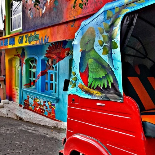 artistas-guatemaltecos-pintaron-colorido-tuc-tuc-san-juan-laguna-solola-cultura-laureano-hernandez-abuelo