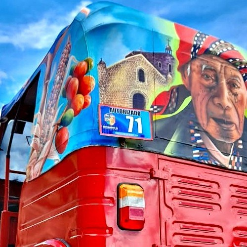 artistas-guatemaltecos-pintaron-colorido-tuc-tuc-san-juan-laguna-solola-pintoresco