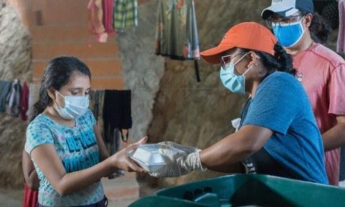 dante-gebel-envio-ayuda-guatemaltecos-afectados-depresion-tropical-eta-donaciones-puerto-barrios-izabal