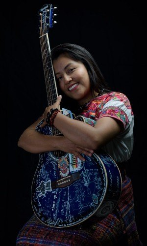 guatemalteca-desarrolla-investigacion-geometria-guipiles-mayas-musica-nabe