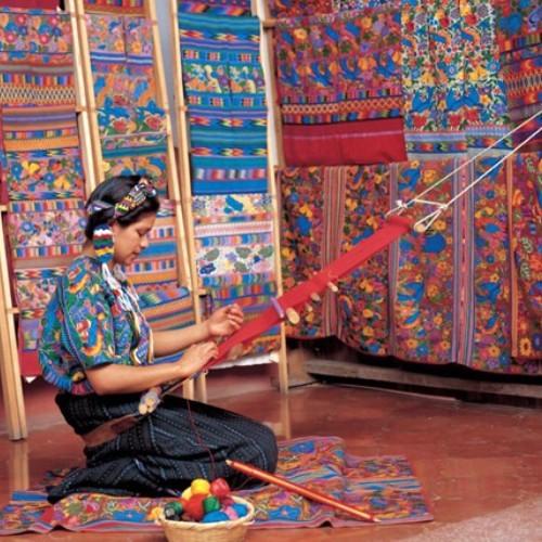 guatemalteca-desarrolla-investigacion-geometria-guipiles-mayas-tecnicas-elaboracion