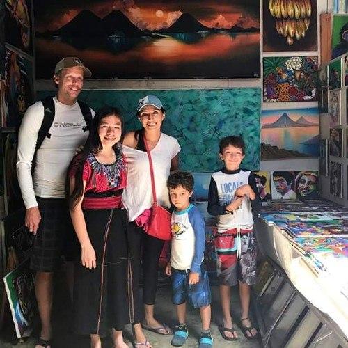 joselyn-cholotio-artista-hace-impresionantes-pinturas-san-juan-la-laguna-emprendimiento-proyectos-embarcadero-cooperativas