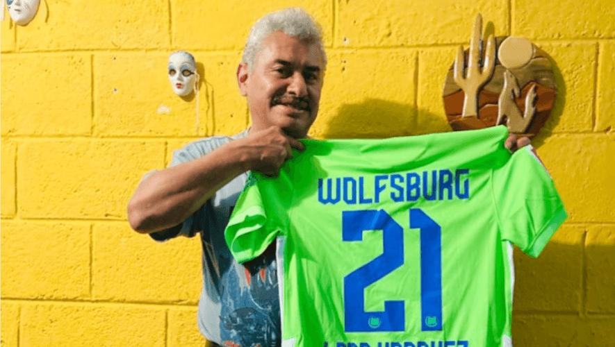 """Fabio """"Lobo"""" Vásquez recibió camiseta del equipo VfL Wolfsburg de Alemania"""