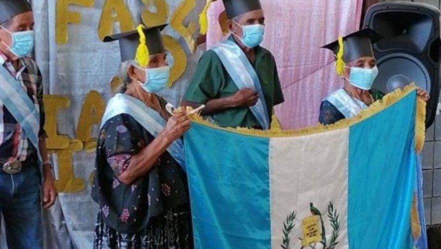 abuelitos-guatemaltecos-graduaron-sexto-primaria-estor-izabal