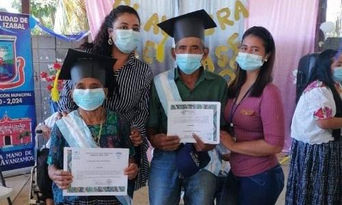 abuelitos-guatemaltecos-graduaron-sexto-primaria-estor-izabal-diploma-certificado-estudios