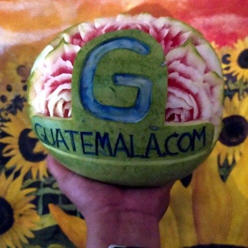 diego-aguilar-guatemalteco-usa-tecnica-garnish-tallar-frutas-verduras-logo-guatemalacom
