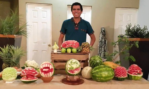 diego-aguilar-guatemalteco-usa-tecnica-garnish-tallar-frutas-verduras-originario-santa-rosa-barberena