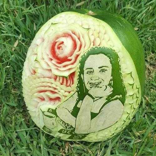 diego-aguilar-guatemalteco-usa-tecnica-garnish-tallar-frutas-verduras-rostros-sandias