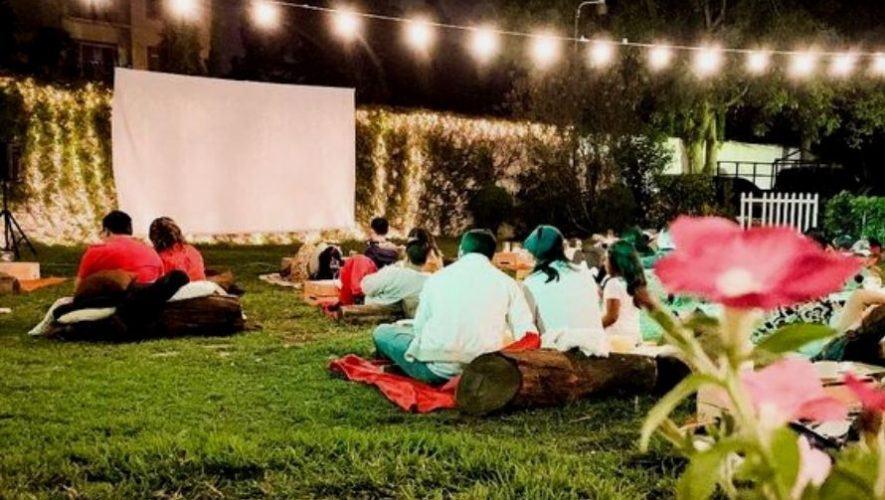 Proyección de cine al aire libre en un jardín de la Ciudad de Guatemala | Enero 2021