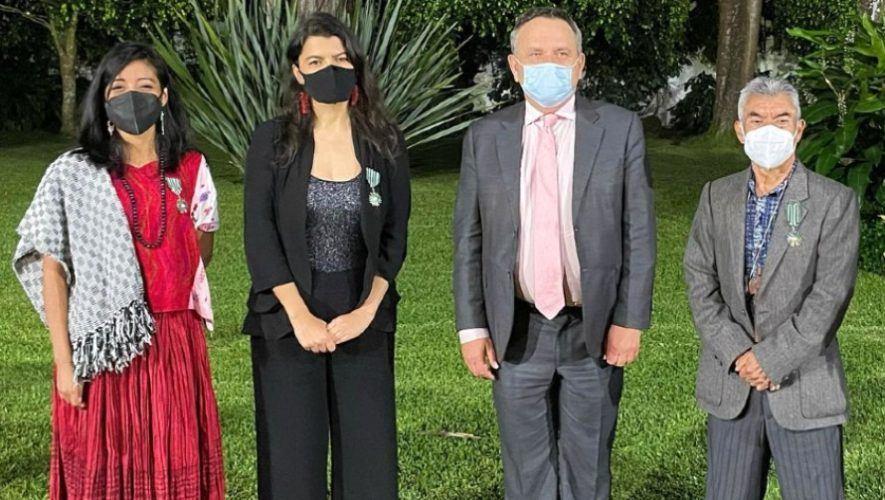 guatemaltecos-condecorados-orden-artes-letras-francia-guatemala-embajada