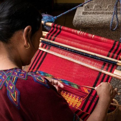 museo-ixchel-traje-indigena-ofrece-becas-ninos-adultos-para-curso-tejido-telar-cintura-guatemala-fecha-limite