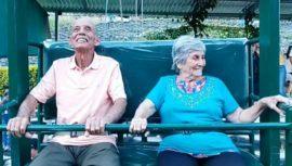 Ovidio Tobar y Elvira Arriaza, dos abuelitos que disfrutaron del columpio más grande de Guatemala