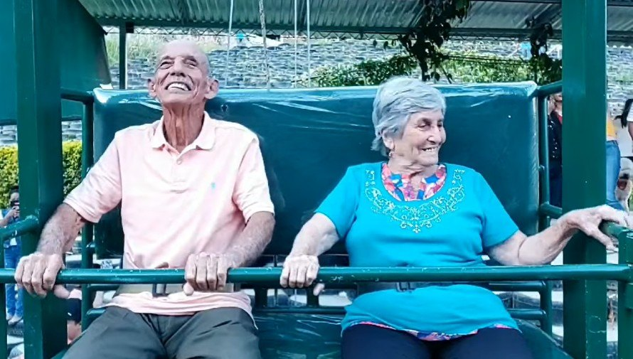 ovidio-tobar-elvira-arriaza-dos-abuelitos-disfrutaron-columpio-mas-grande-guatemala
