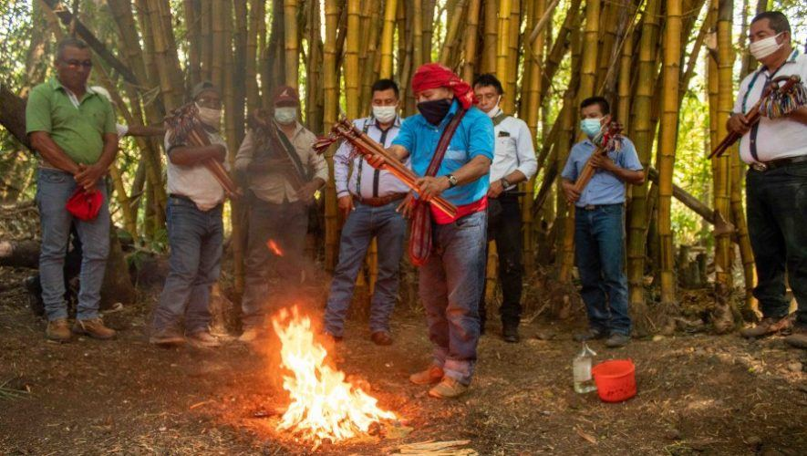 Consejo de Comunidades Maya Q'eqchi' llevó a cabo ritual para bendecir varas este 2021