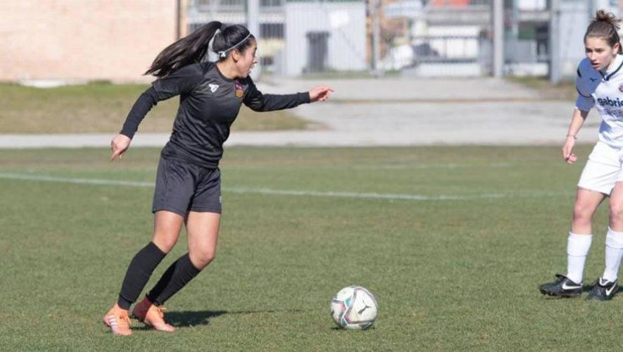 Descripción de foto - Ana Lucía Martínez con la pelota en el taco, momentos antes de anotar el primer gol. - Crédito de foto - ROMA Calcio Femminile